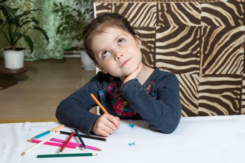 有铅笔的梦想的儿童女孩 免版税库存照片