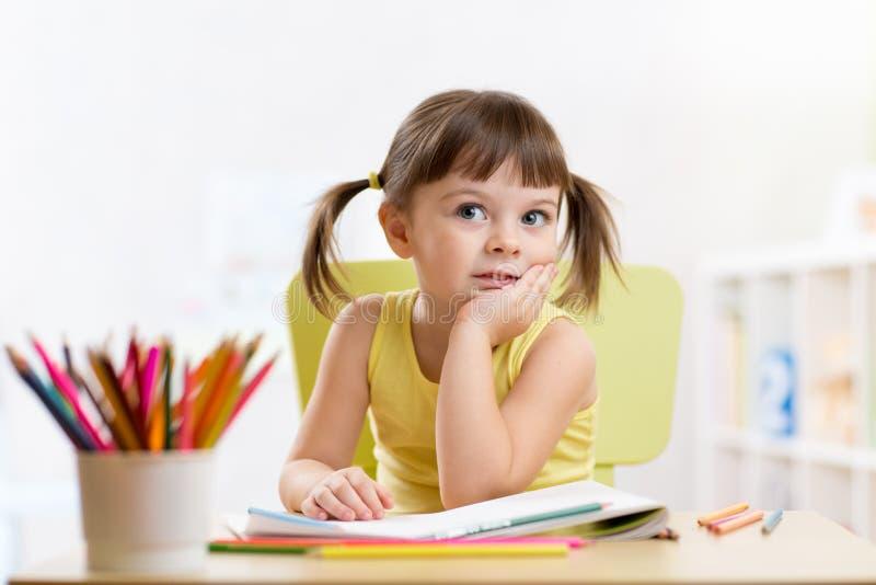 有铅笔的梦想的孩子女孩 免版税库存照片