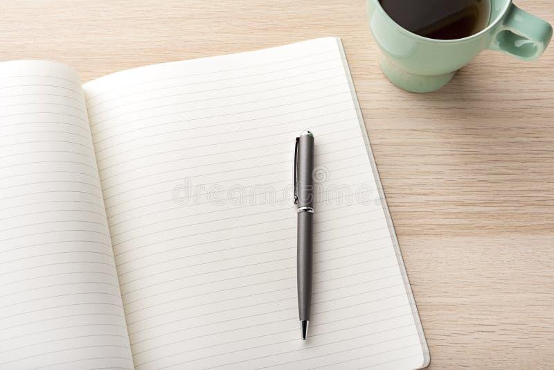 有铅笔的空白的笔记本在木书桌上 库存照片