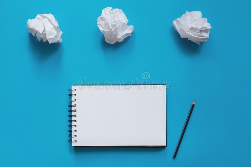 有铅笔的笔记本和纸团  免版税库存图片