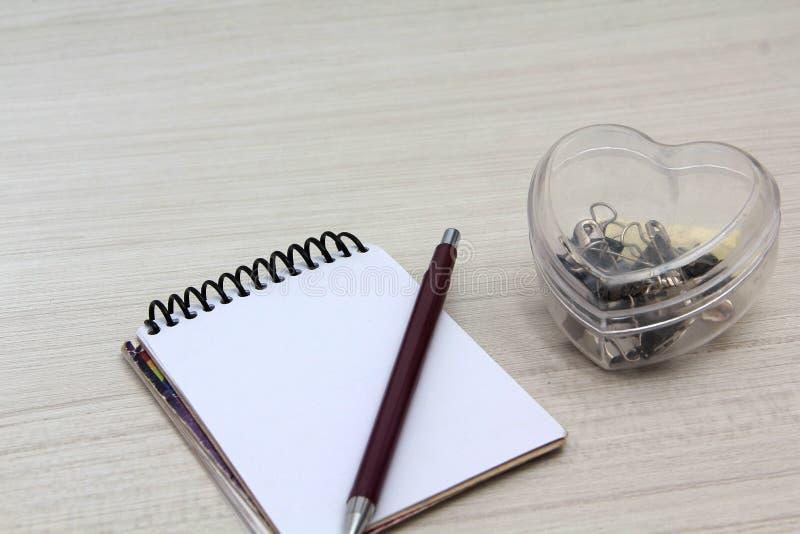 有铅笔的笔记本在桌上 免版税库存图片