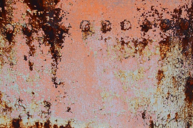 有铆钉的生锈的铁板材 免版税库存照片
