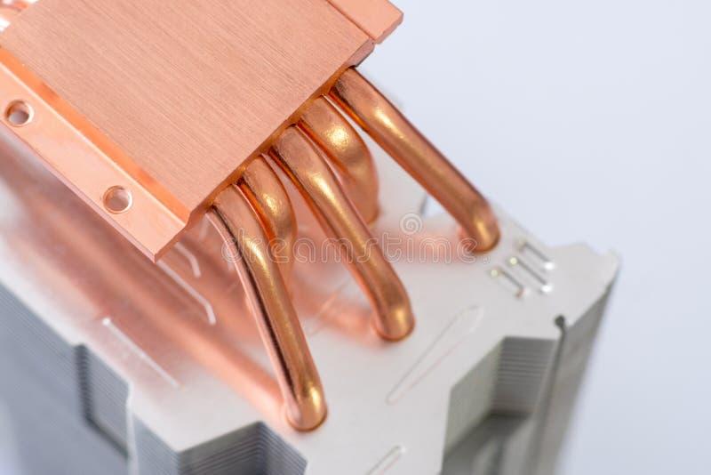 有铜热导管特写镜头的铝幅射器与气冷的美好的bokeh概念中央 免版税库存照片