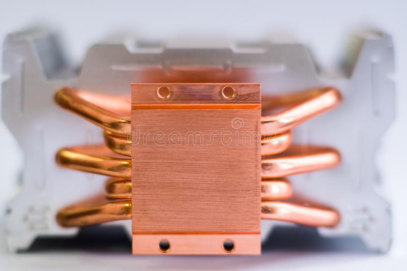 有铜热导管特写镜头的铝幅射器与气冷的美好的bokeh概念中央 库存照片