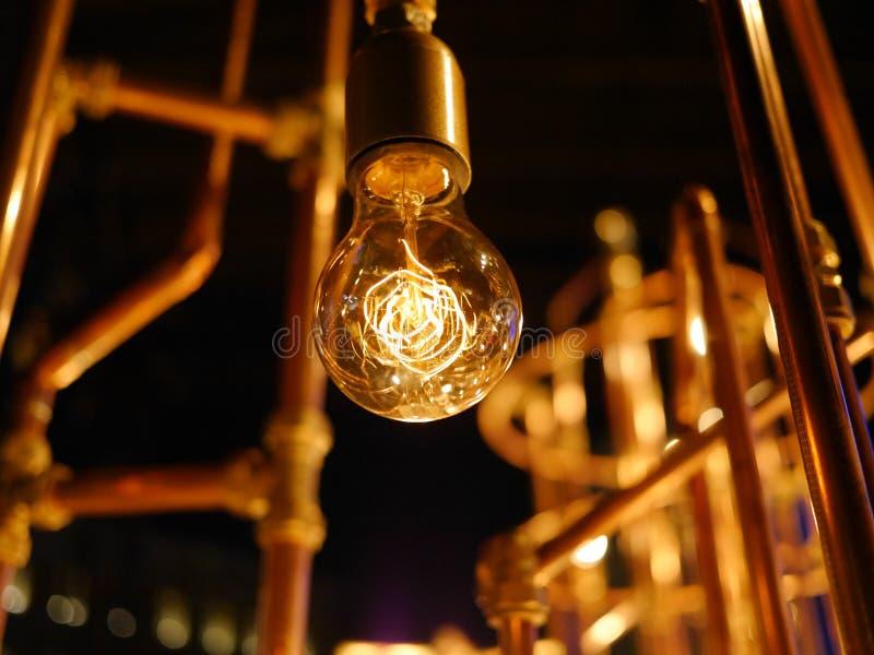 有铜管子的电灯泡 免版税库存图片