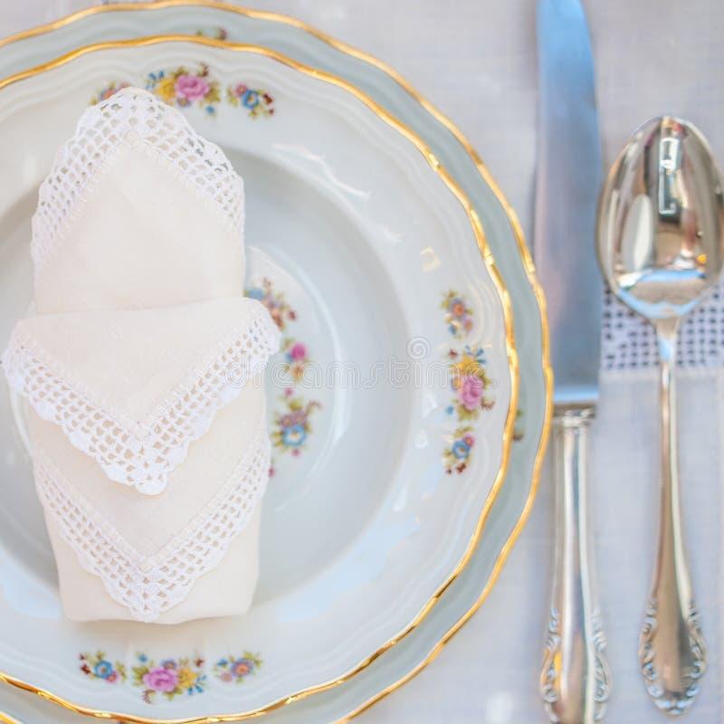 有银的豪华花卉样式瓷板材的Flatlay 库存图片
