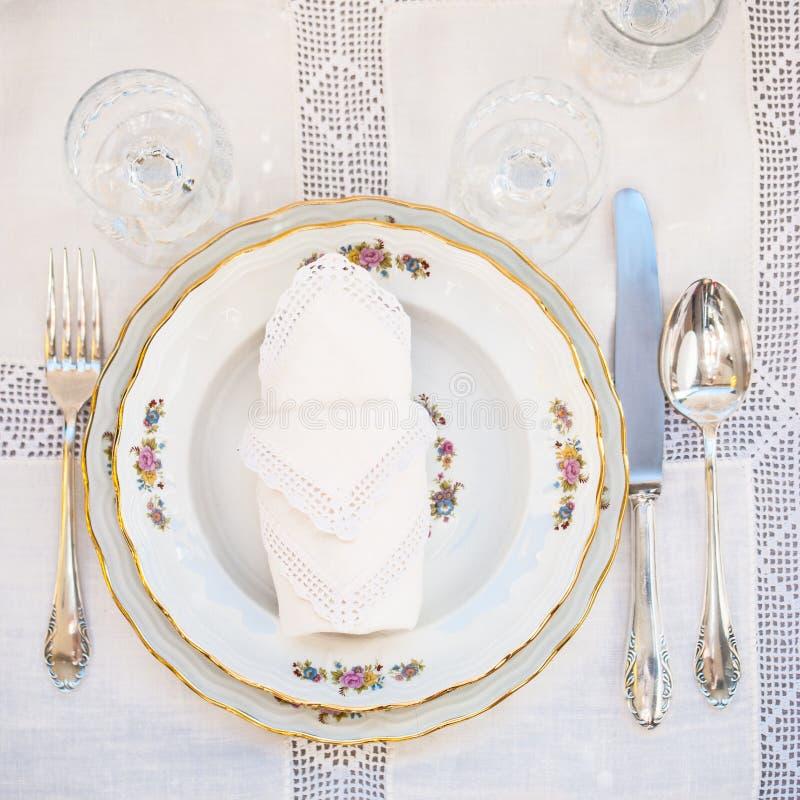 有银的豪华花卉样式瓷板材的Flatlay 图库摄影