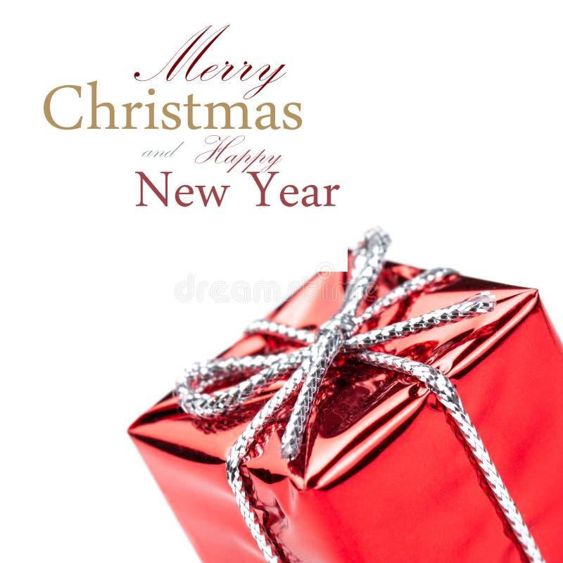 有银色丝带弓的红色礼物盒,隔绝在白色 库存图片