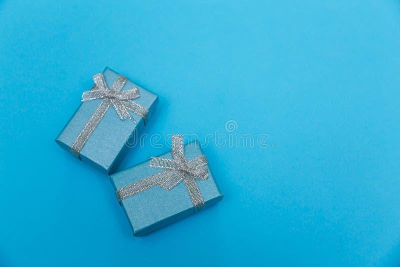 有银色丝带的蓝色礼物盒 库存照片