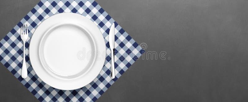 有银色利器的-例证白色瓷餐具 向量例证