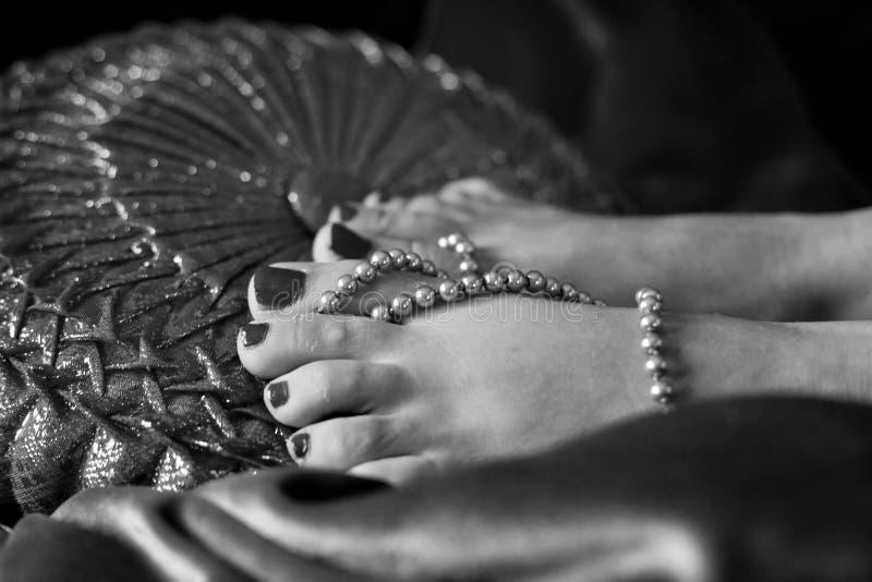 有银色珍珠的漂泊脚趾 免版税库存照片