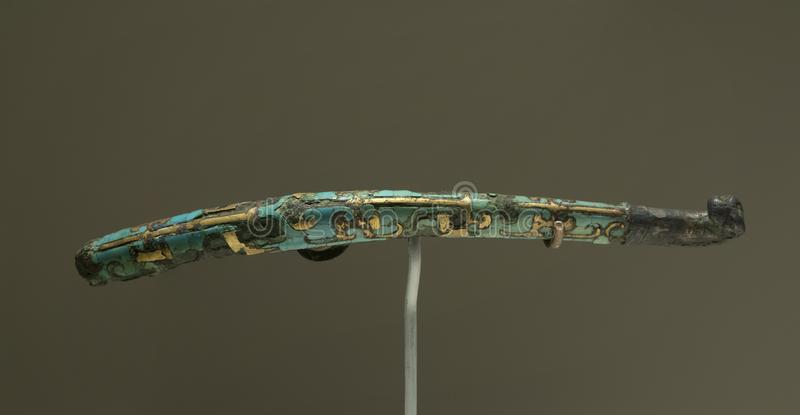 有银色瘤和金和绿松石镶嵌的古铜色传送带勾子 免版税图库摄影