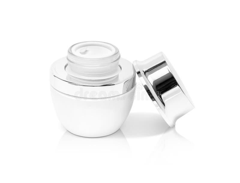 有银色盖帽的空白的包装的白色化妆奶油色罐 免版税库存照片