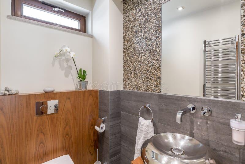 有银色水槽的卫生间 免版税库存照片
