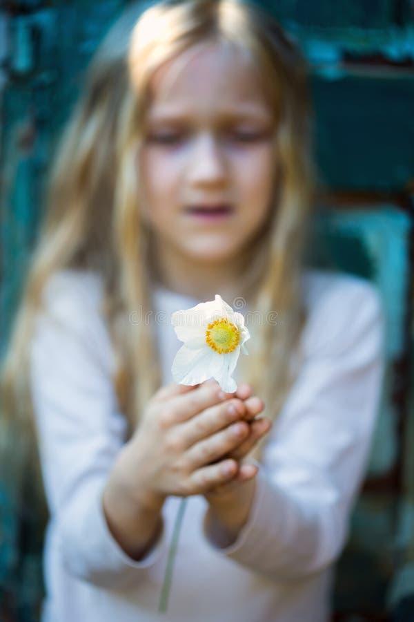 有银莲花属的女孩 免版税图库摄影