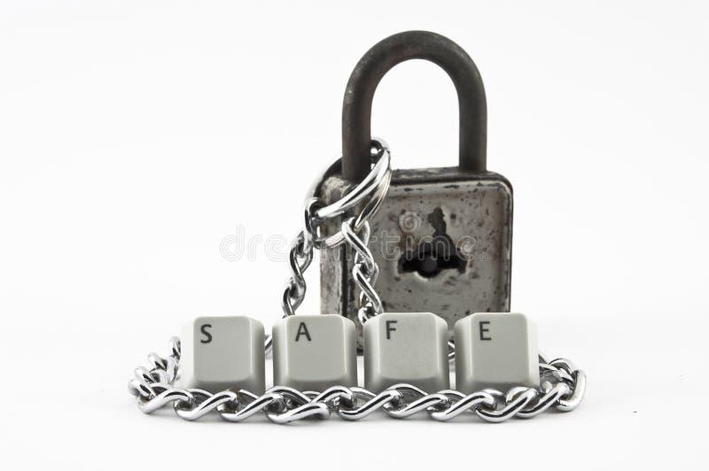 有链和安全词的老挂锁 库存照片