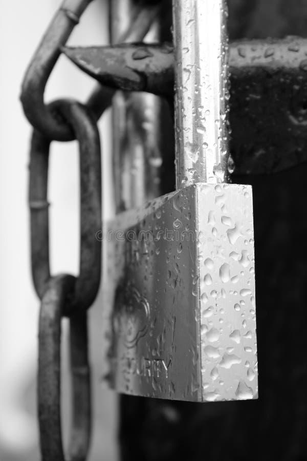 有链子和雨的一把锁滴下对此 免版税库存照片