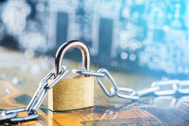 有链子的挂锁在电子电路板 IT,互联网保护,计算机安全 网络安全,数据保密 免版税图库摄影