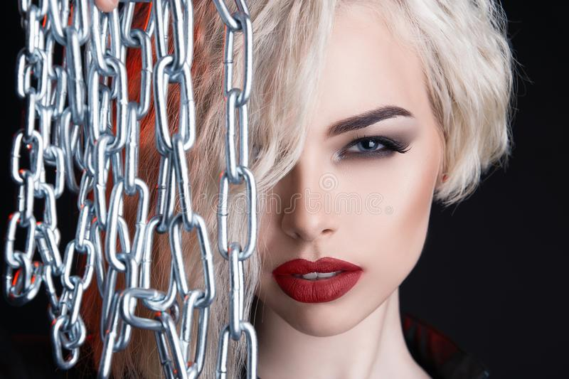 有链子的美丽的女孩 白肤金发的妇女面孔 免版税图库摄影