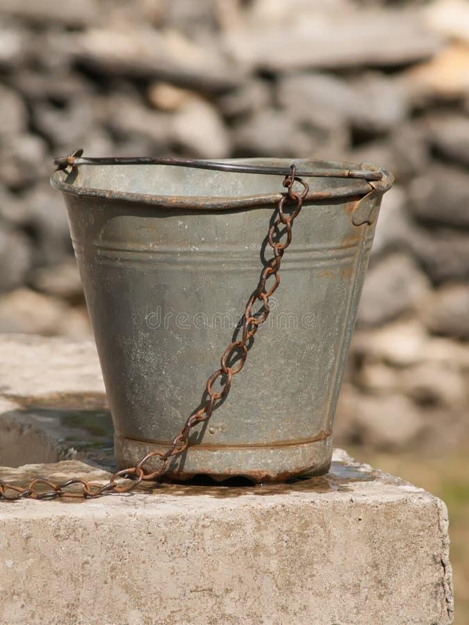 有链子的老生锈的桶 库存图片