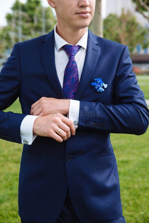 有链扣的商人手 典雅的绅士clother 库存照片