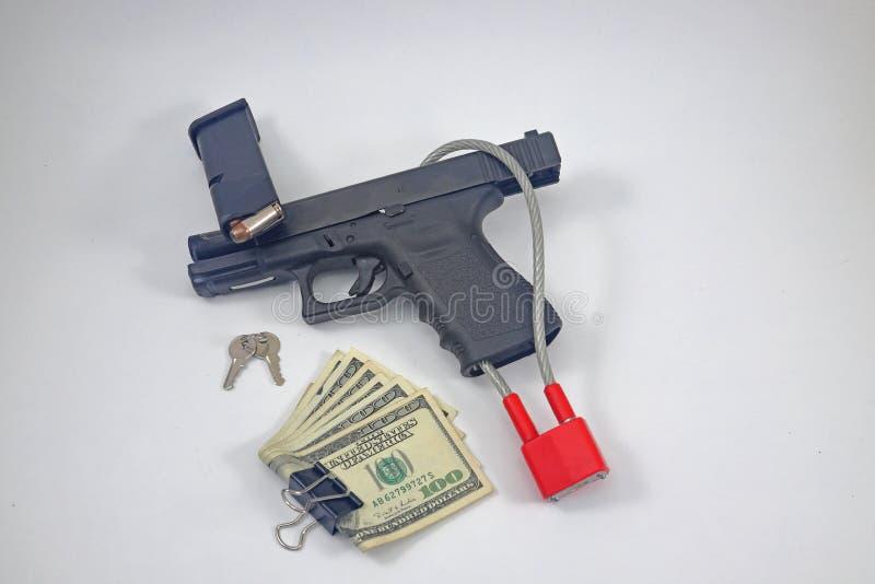 有锁和现金金钱的手枪 免版税图库摄影
