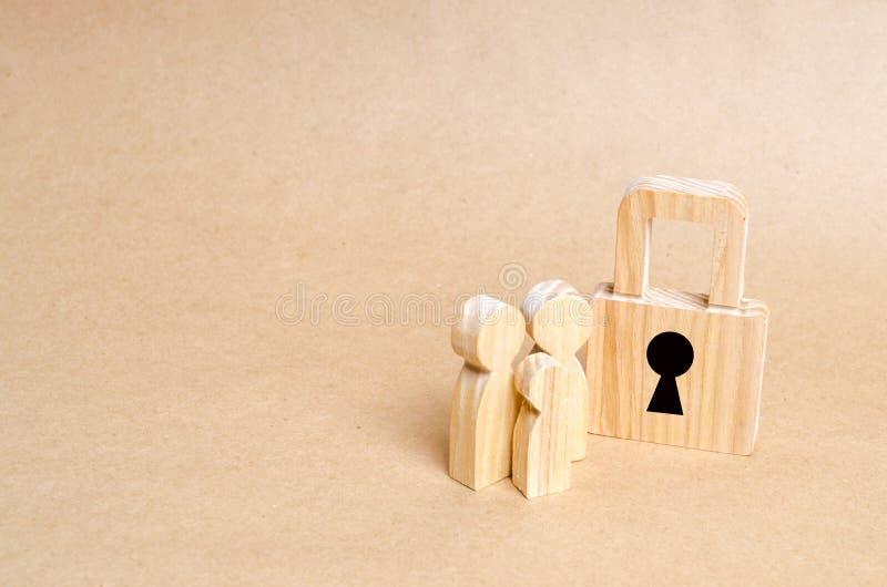 有锁的两个人 安全和安全,抵押,抵押的贷款 物产的没收债务的 安全和警报 免版税库存照片