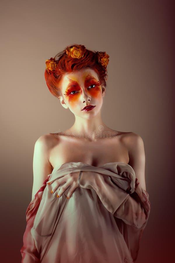 异常的红头发人妇女画象有错误红色睫毛的。 幻想 库存照片