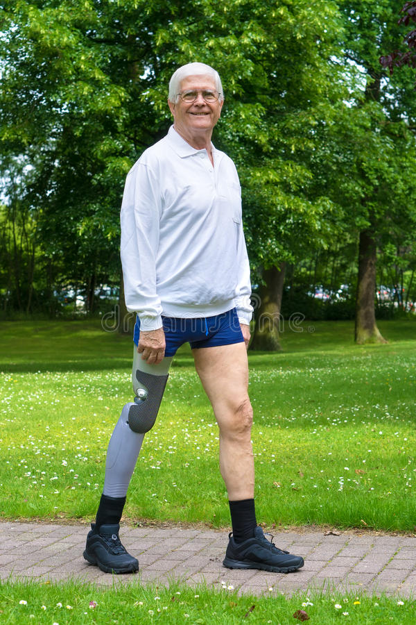 有错误腿的微笑的老人 库存图片
