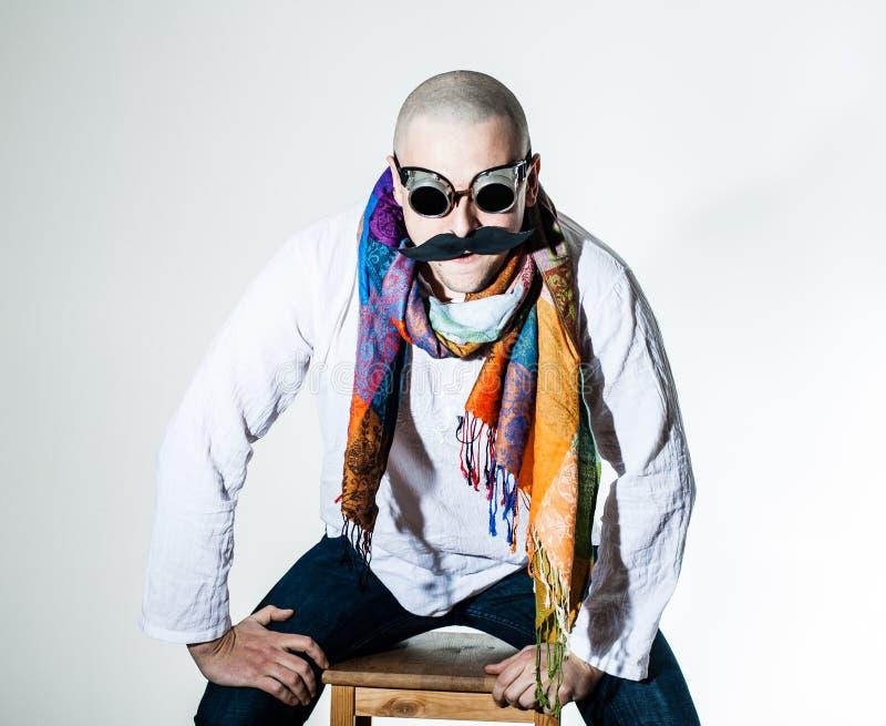 有错误髭和色的围巾的人 免版税库存图片