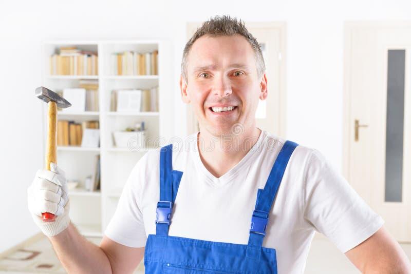 有锤子在家或办公室的人 免版税库存照片
