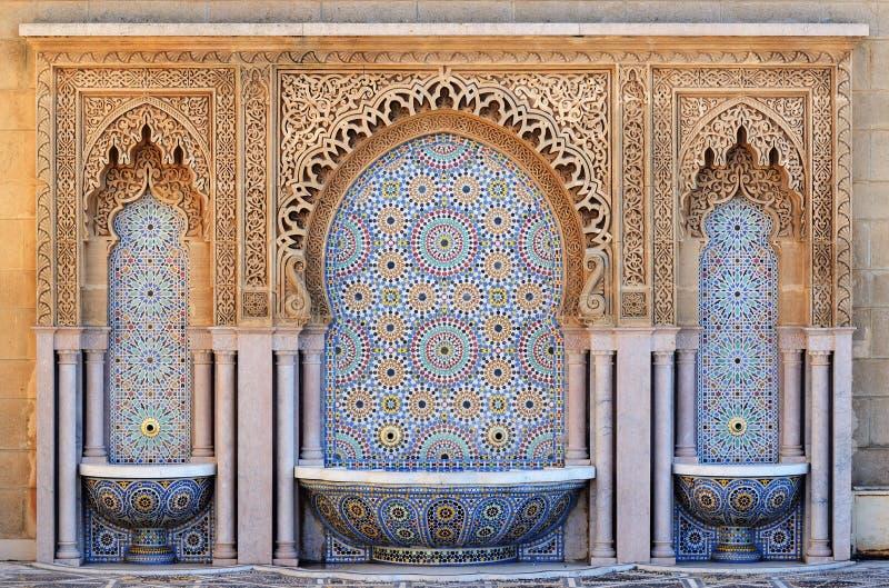 有锦砖的装饰的喷泉在拉巴特,摩洛哥 免版税库存照片