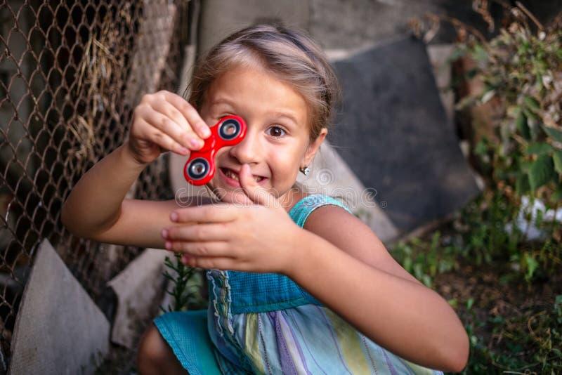 有锭床工人的愉快的矮小的农村女孩 免版税库存照片