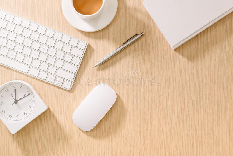 有键盘、老鼠、时、书、笔和咖啡的现代白色办公桌 与拷贝浆糊的顶视图 事务和战略 免版税图库摄影