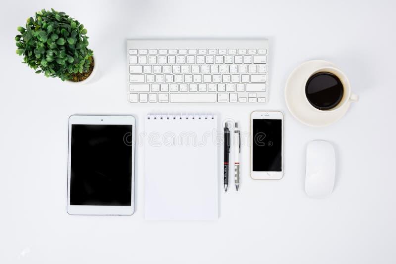 有键盘、老鼠和笔的企业书桌 免版税图库摄影