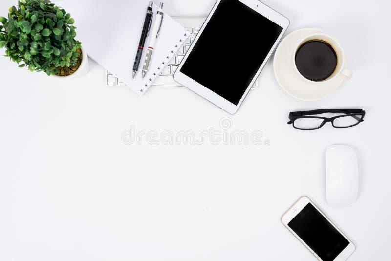 有键盘、老鼠和笔的企业书桌 免版税库存图片