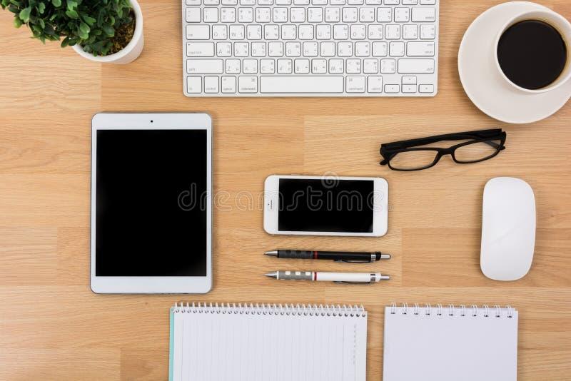 有键盘、老鼠和笔的企业书桌 免版税库存照片