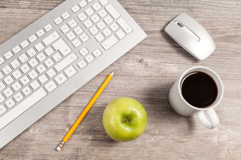 有键盘和老鼠的书桌 免版税库存图片