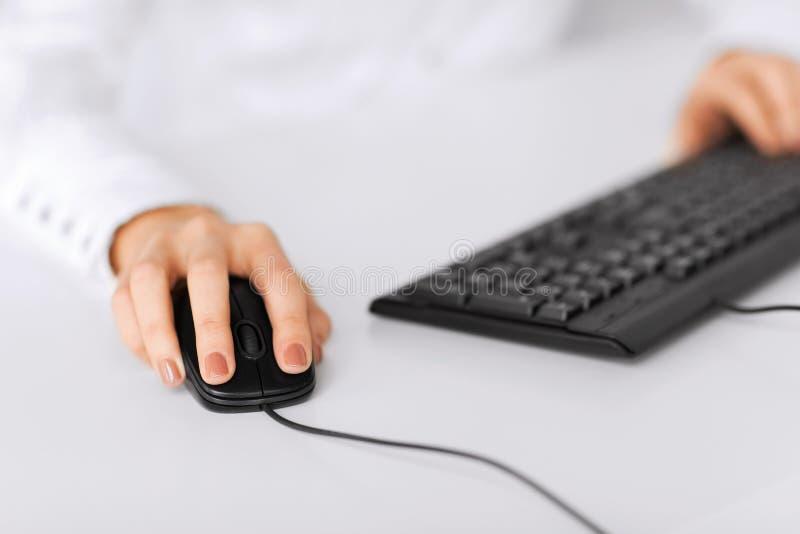 有键盘和老鼠的妇女手 免版税库存图片