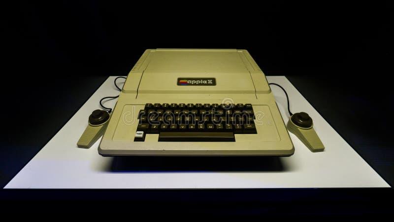 有键盘的老原始的苹果计算机II Mac计算机在显示在伊斯坦布尔,土耳其,数字式革命陈列的 库存照片