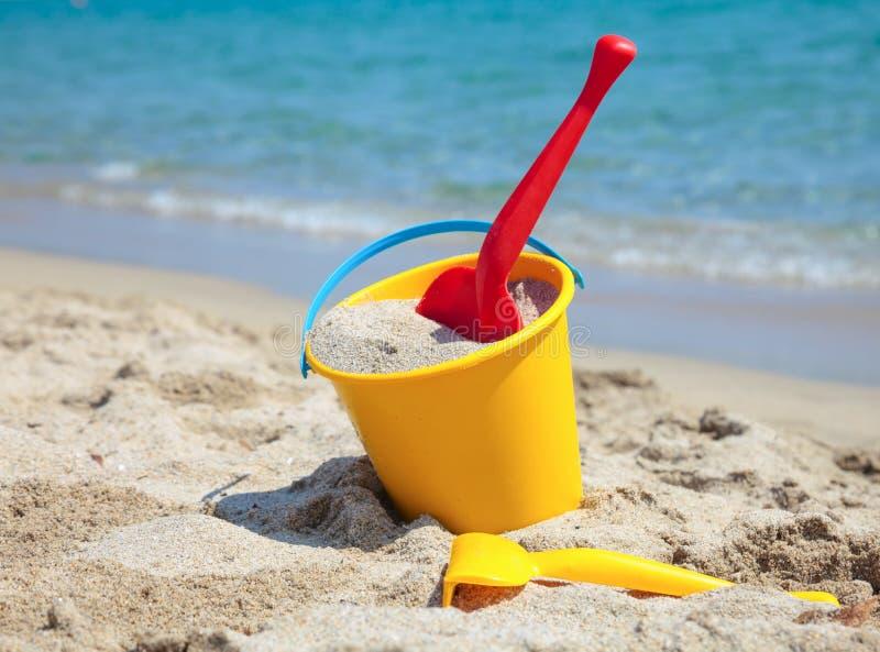 有锹的海滩桶 图库摄影
