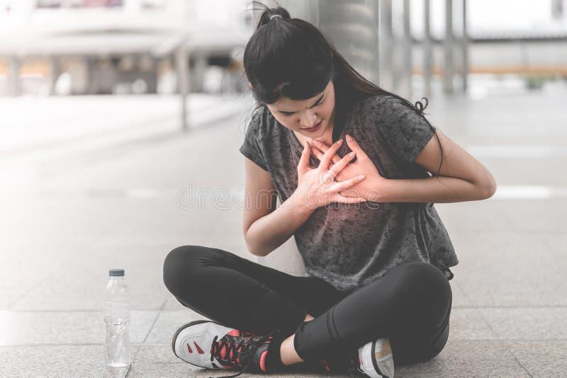 有锻炼的妇女心脏攻击 库存图片
