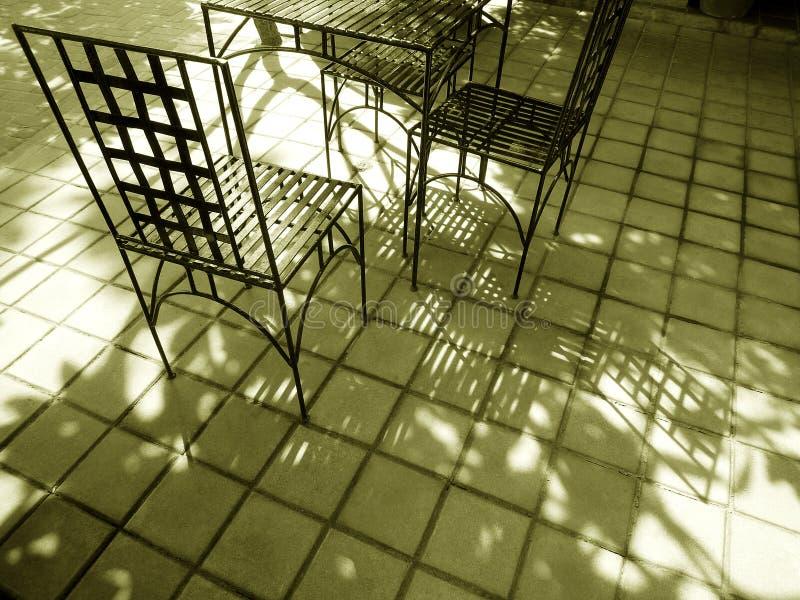 有锻铁家具的露台在阳光下 库存图片