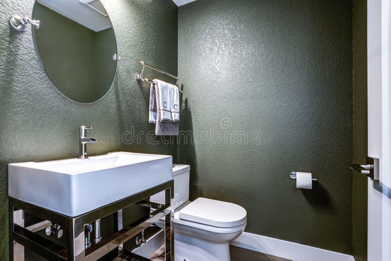 有镀铬物盥洗盆的深灰化妆室 免版税库存图片