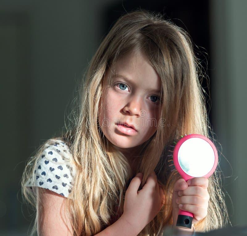 有镜子和太阳的一女孩,做一个晴朗的兔宝宝 可能 库存图片