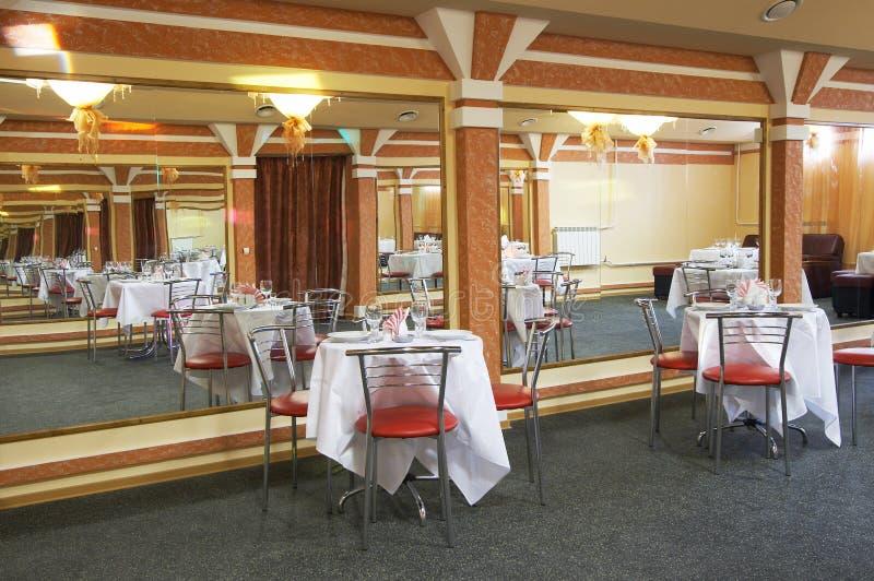有镜子墙壁的餐馆 免版税库存图片