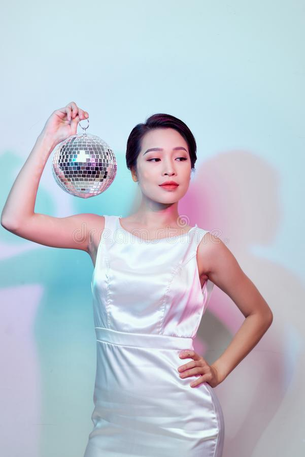 有镜子球的时髦的年轻女人 图库摄影