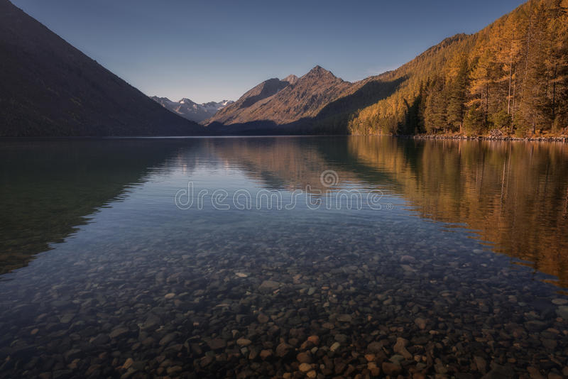 有镜子的浅Mountain湖喜欢表面,阿尔泰山高地自然秋天风景照片 免版税图库摄影