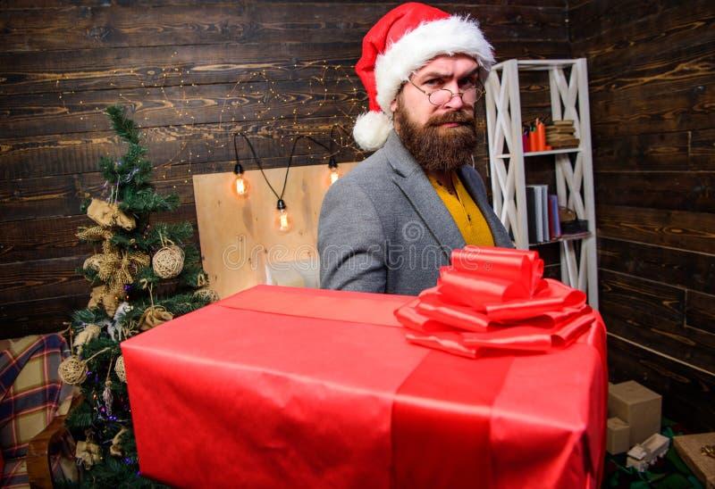 有镜片的有胡子的人运载当前箱子 交付圣诞礼物 背景配件箱发运英俊查出在服务白色工作者 圣诞节来 圣诞老人 免版税库存照片