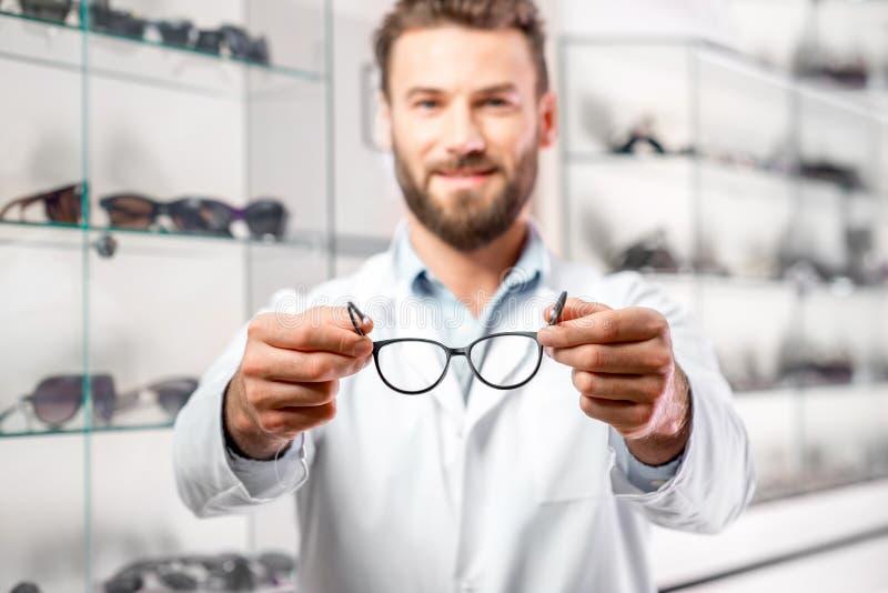 有镜片的眼科医生 库存图片